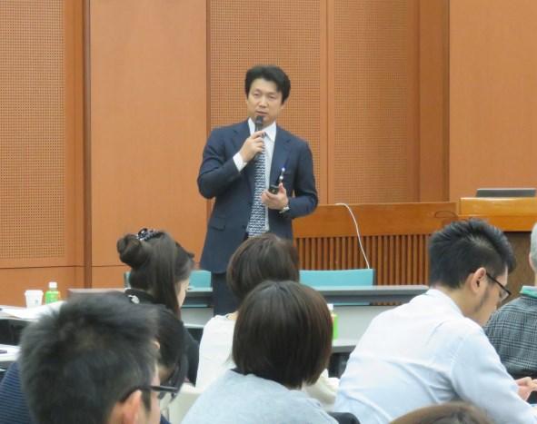 壇上に立つ田中先生
